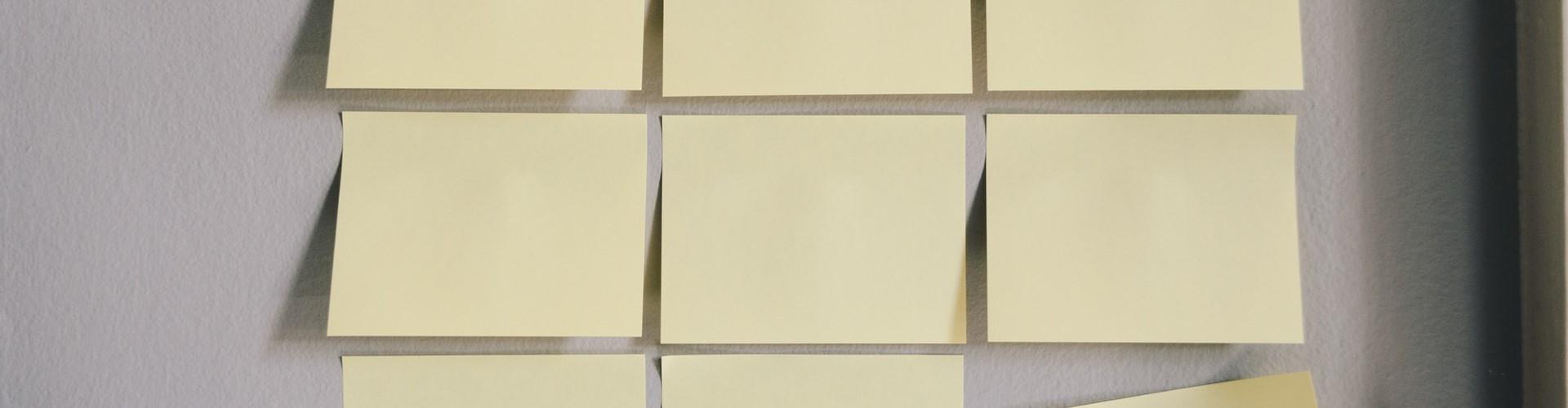 Des papiers collants Post-it pour planifier un article