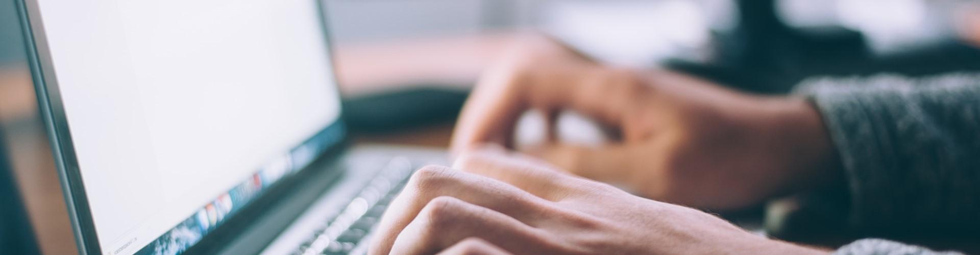 Mains sur un clavier d'ordinateur portable